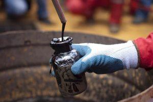 Giá xăng dầu hôm nay 14/2: Đà tăng chững lại