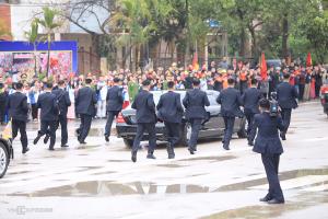 Đoàn vệ sĩ chạy theo xe chở ông Kim Jong-un rời ga Đồng Đăng