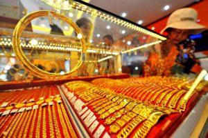 Giá vàng SJC tiếp tục tăng mạnh, vàng thế giới đảo chiều đi xuống