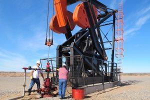 """Giá dầu hồi nhẹ lên 58USD/thùng, vẫn rơi """"thủng"""" mốc giá trung bình 200 ngày"""