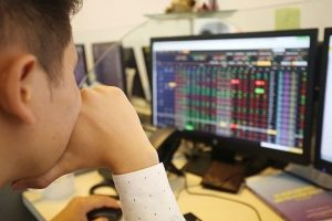 Thị trường chứng khoán ngày 05/8: Giữa phiên sáng cả 2 sàn giảm điểm với áp lực bán cao