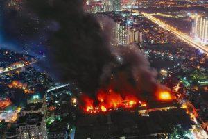 Hà Nội: Nhà máy phích nước Rạng Đông cháy dữ dội