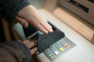 Chống mất tiền khi giao dịch tại máy ATM: Công an Long An bày cách bảo mật mã pin