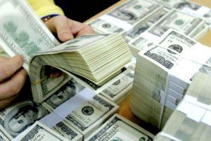 Tỷ giá trung tâm đảo chiều giảm, các ngân hàng duy trì giá trao đổi USD ở mức cao