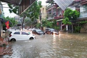 """Tắc đường kinh hoàng, ô tô vất vả """"bơi"""" trên đường sau trận mưa lớn"""
