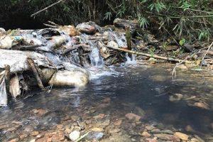 Tạm giữ khẩn cấp 2 đối tượng đổ trộm dầu thải vào nguồn nước sông Đà