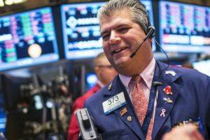 Chứng khoán Mỹ phá đỉnh, Dow Jones tăng hơn 300 điểm khi số liệu việc làm vượt xa mong đợi