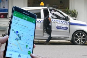 Bộ GTVT quyết yêu cầu taxi công nghệ phải 'đeo mào' hoặc dán chữ 'XE TAXI' lên kính