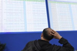 Nỗi sợ lấn át lòng tham, VN-Index rơi gần 56 điểm với hàng loạt cổ phiếu ngân hàng 'nằm sàn'
