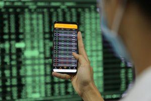 VN-Index bật lên mốc 1.370 điểm, thanh khoản tăng vọt