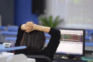 Cổ phiếu 'bank, chứng, thép' lao dốc, VN-Index giảm gần 4 điểm